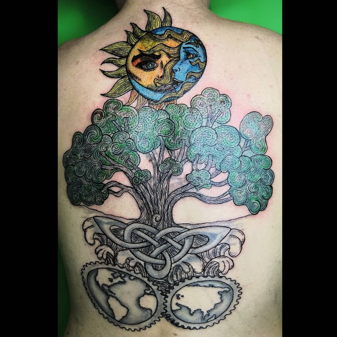 El sueño de Arantxa 🖤 1ra sesión 🌞🌜🌳🍃🌊🌎🌏 Un tatuaje realizado el día de ayer, diseño elaborado especial para la clienta, le hicimos unas modificaciones en base a la idea que ya traia, realizado todo en freehand, les dejo algo del proceso de diseño de este tatuajo 🥰 Citas y cotizaciones al 9613051849 #tattoliizvz #tattoo #tattogirl #ink #tattoomexico #tattomex #solidinktattoo #tatuadorasmex #tatuadoraschiapas #treeink #espaldatatuaje #freehand #freehandtattoo #solylunatattoo #treetattoo