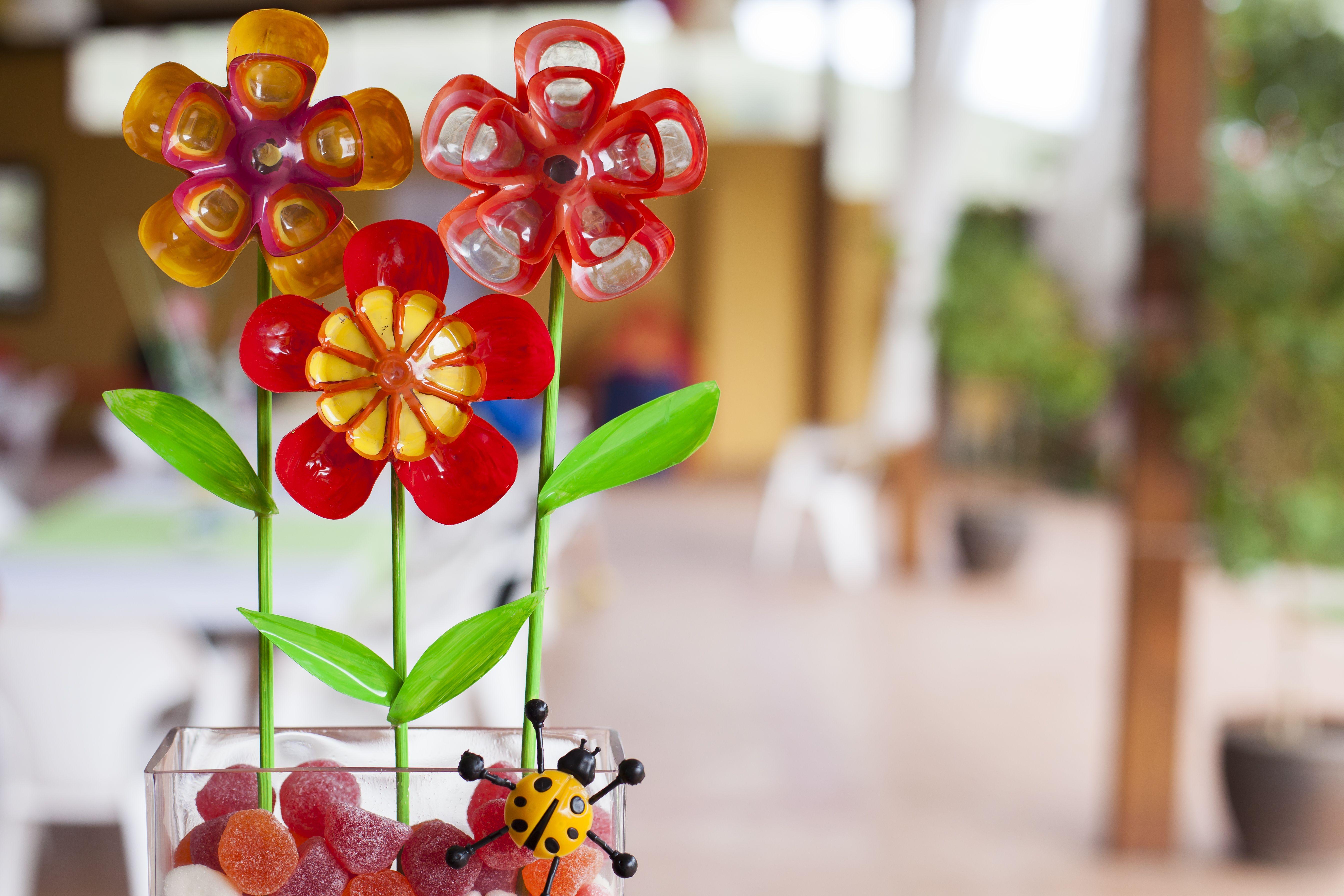Esta fiesta se decoró RECICLANDO botellas de PET transformándolas en hermosísimos arreglos de mesas y se aprovechó la ocasión para hacer campaña ambiental ya que el tema de la fiesta hacia alusión al agua, flores e insectos…
