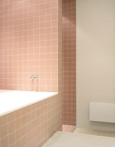 bad in badkamer met rose tegels