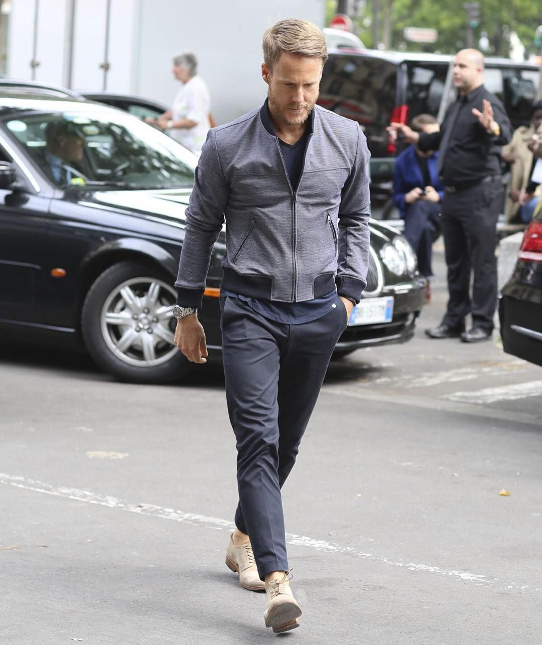 """Los colores grises (en todas sus tonalidades) puedes combinarlas con prendas o zapatos beige o nude.  #ModaparaHombres #Style #LifeStyle #FashionMen…"""