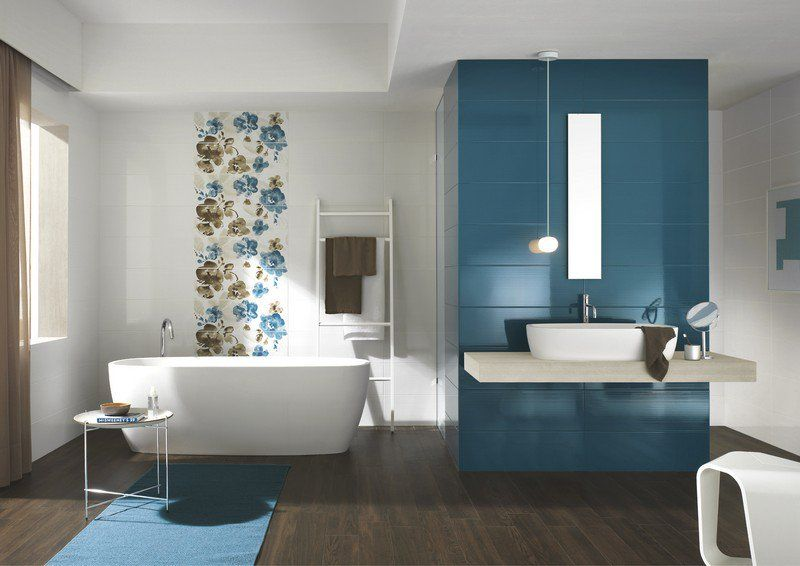 Elegant Salle Bain Coloree Carrelage Bleu Blanc Motifs Floraux Salle