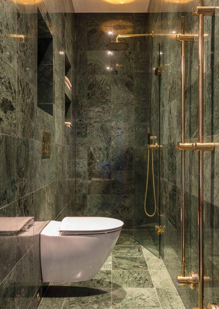 Schmales Badezimmer Fliesen In Marmoroptik Duschbereich Mit Glaswand Abgetrennt Messing Armaturen Gruner Marmor Badezimmer Holz Badezimmer Design