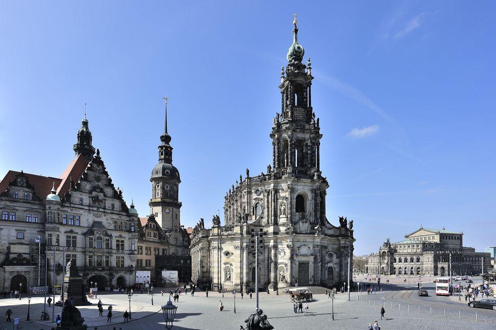 Blick Von Der Bruhlschen Terrasse Auf Das Schloss Katholische Hofkirche Und Semperoper In Dresden Dresden Semper Oper Reisen Deutschland