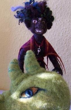 Neddle felted troll      Rari Schraa ist ein kleiner Baumtroll der es liebt in den Bäumen rumzuhangeln, Drachen zu ärgern oder an einem schattigen Plätzchen zu rasten.  In sei