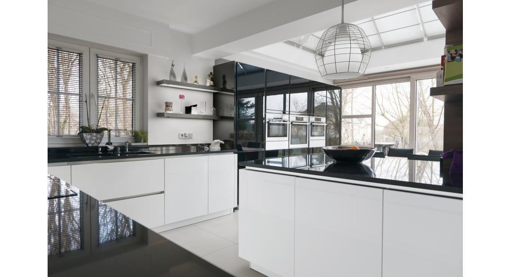 Intégration réussir pour cette cuisine moderne dans une véranda - cuisine dans veranda photo