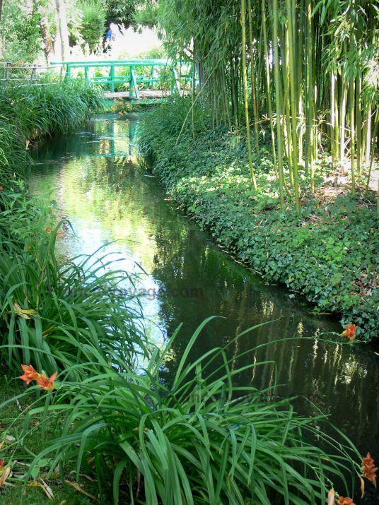 Giverny jardin de monet jardin d 39 eau cours d 39 eau ru fleurs de lys orang s bambous et - Petit jardin ru ...