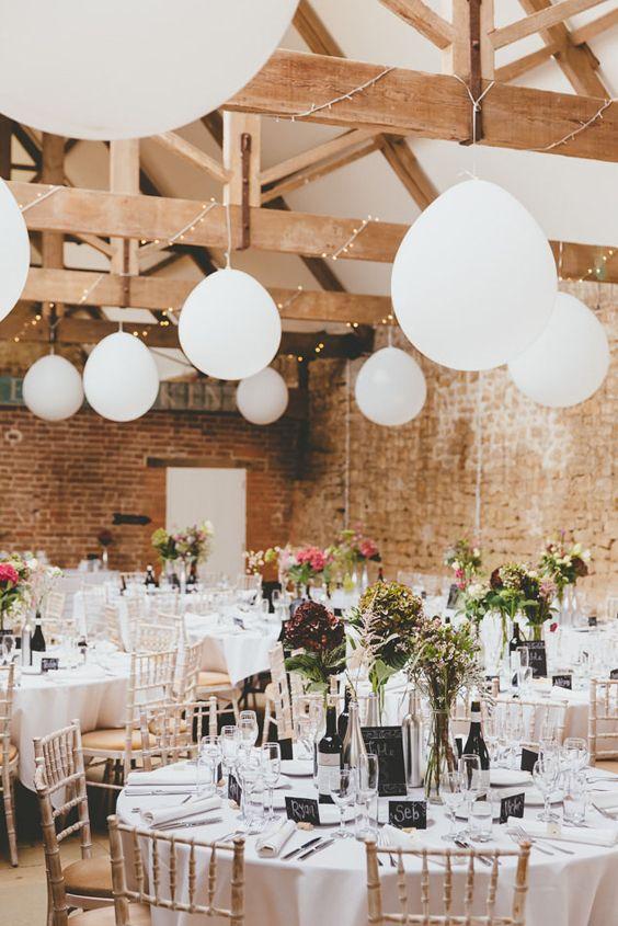 adorna el techo de tu boda en interiores con globos colgantes