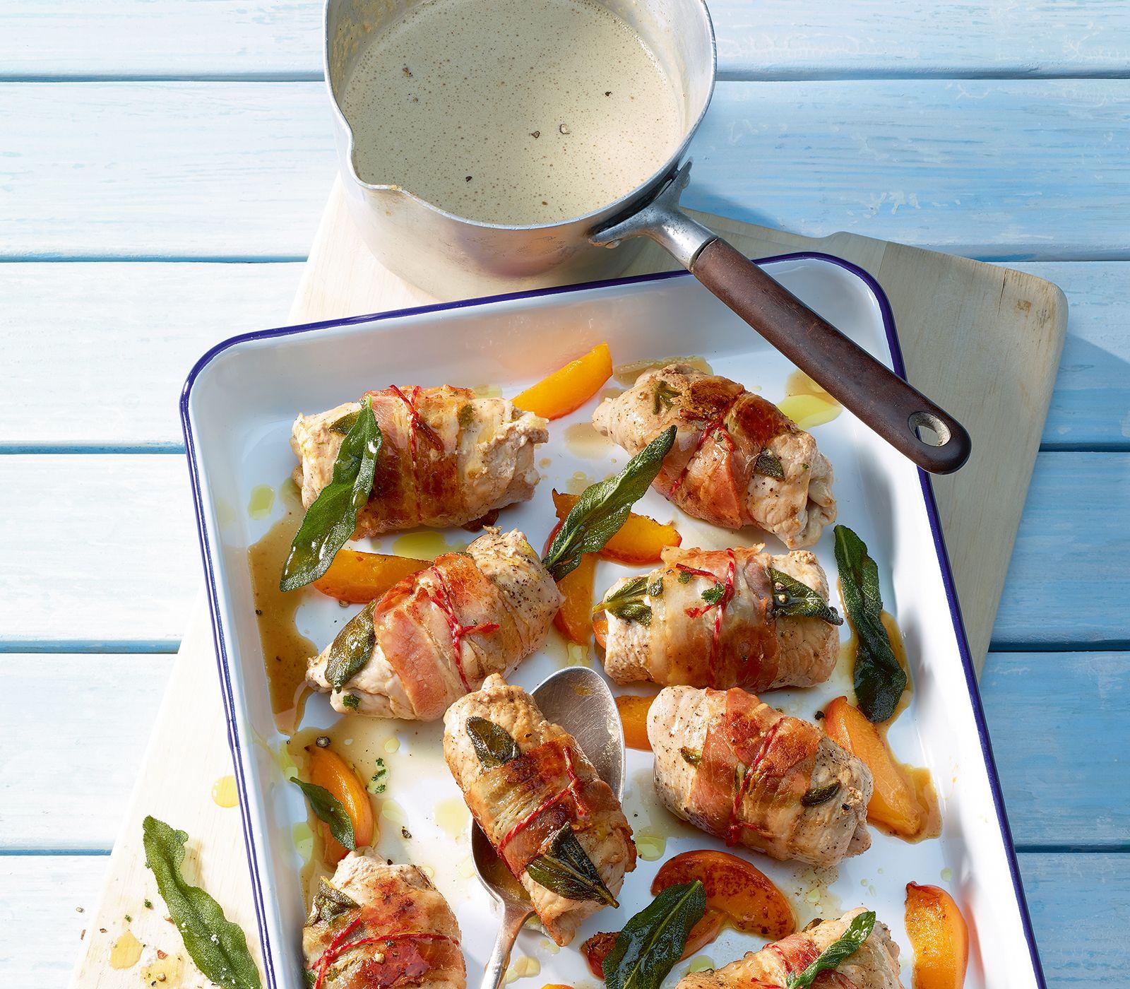 Nicht nur die Aprikosen harmonieren mit dem Kalbfleisch, sondern auch Nektarinen und Pfirsiche können für dieses Gericht verwendet werden.