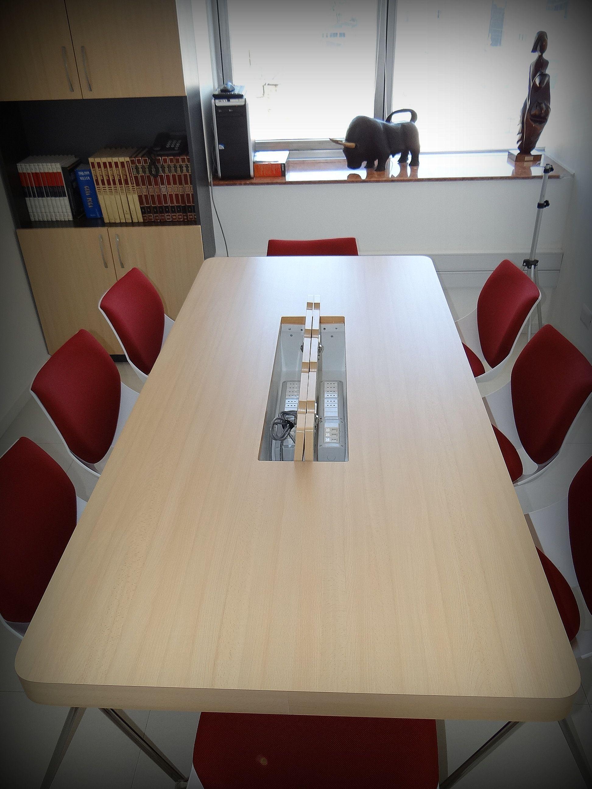 Mesa de reuniones con conexión eléctrica e Internet para varios ...