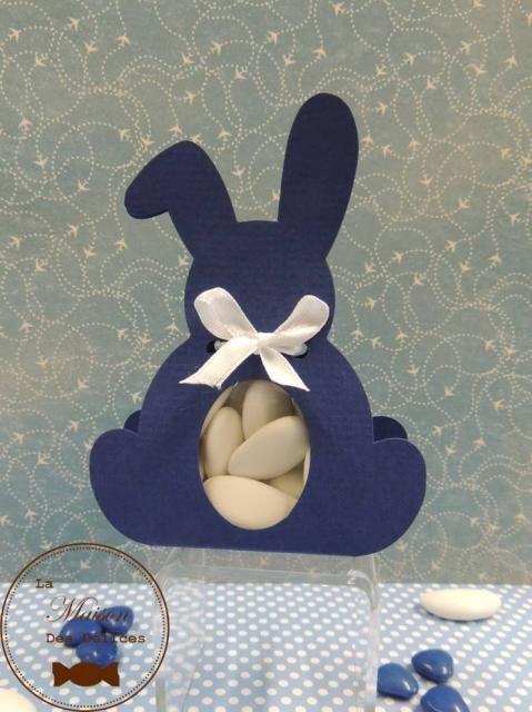 Ballotin à dragées lapin couleur bleu marine, dont la fenêtre