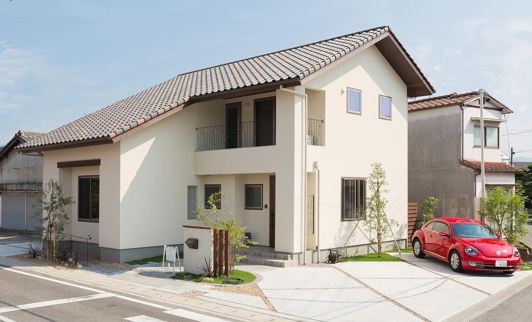 白い塗り壁に素焼きの混ぜ葺瓦屋根が ヨーロッパの片田舎にある片田舎