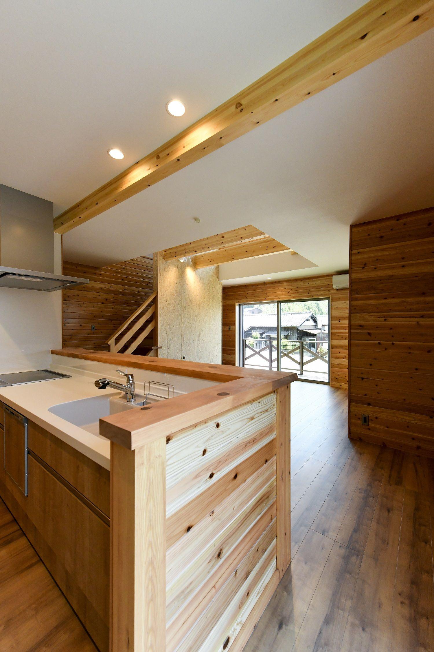木目調の室内とキッチン ログハウス キッチン 木の家 注文住宅 住宅 キッチン