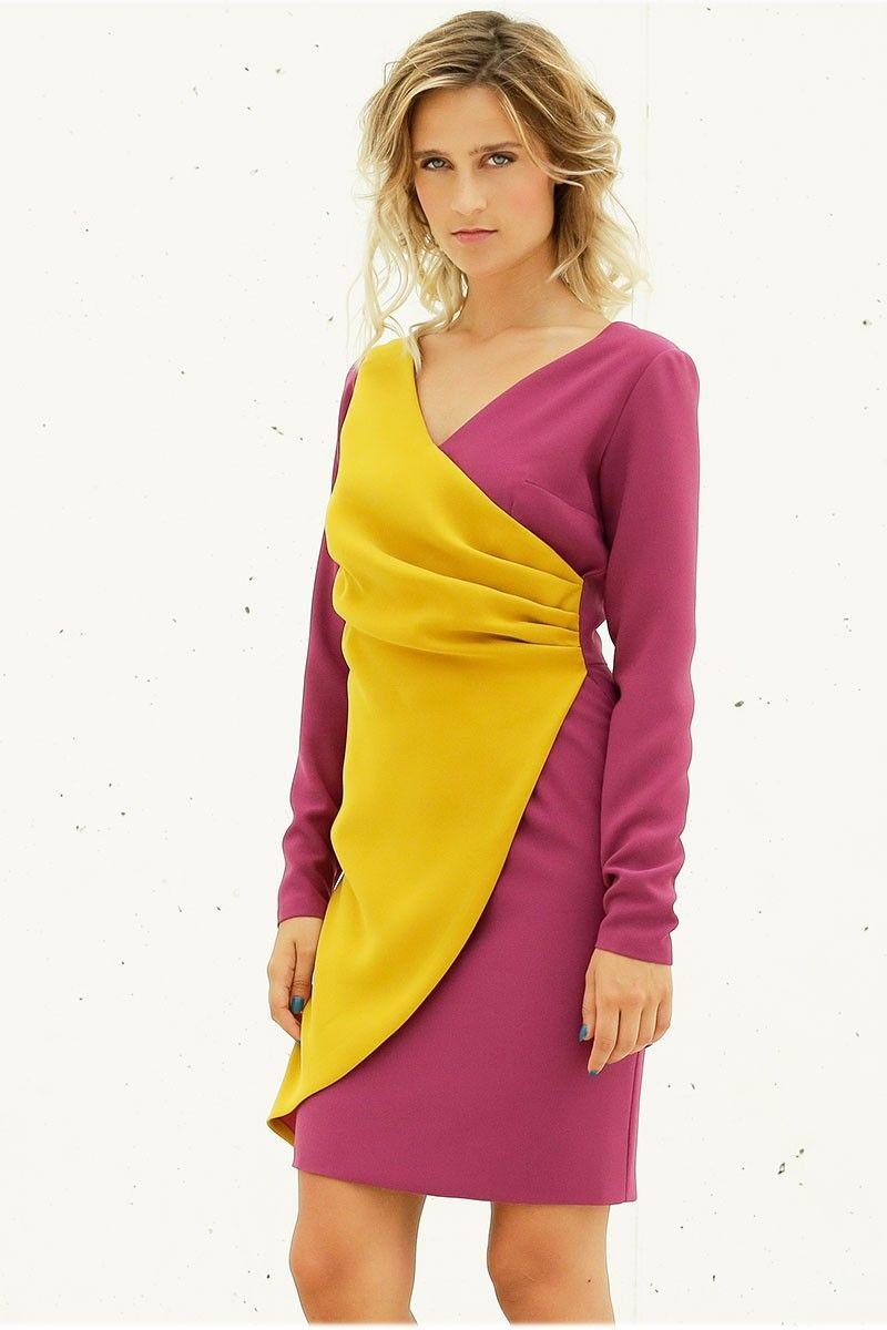 Vestido corto de escote en pico, en color frambuesa y mostaza, de manga  larga; ideal para una boda, bautizo o reunión de trabajo.
