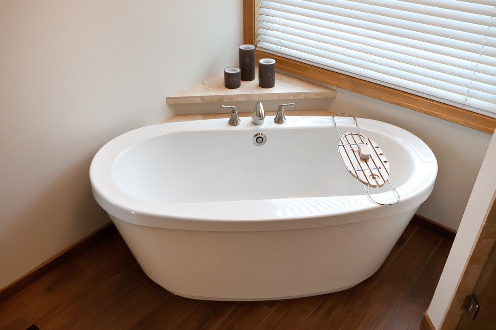 Whirlpool Kleine Badkamer : Maax cocoon corner whirlpool tub bathroom traditional with free
