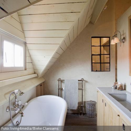 Unter der holzverkleideten Dachschräge wird der Platz von einer - badezimmer dachschrge