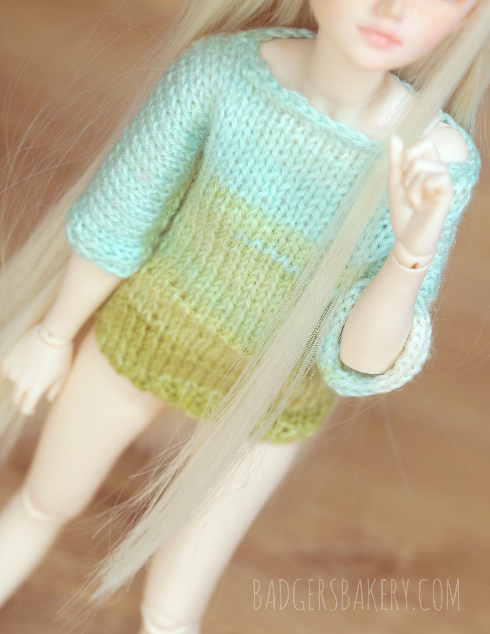 Soft hand-knitted ombre sweater for slim BJD dolls in 1/4 scale ...