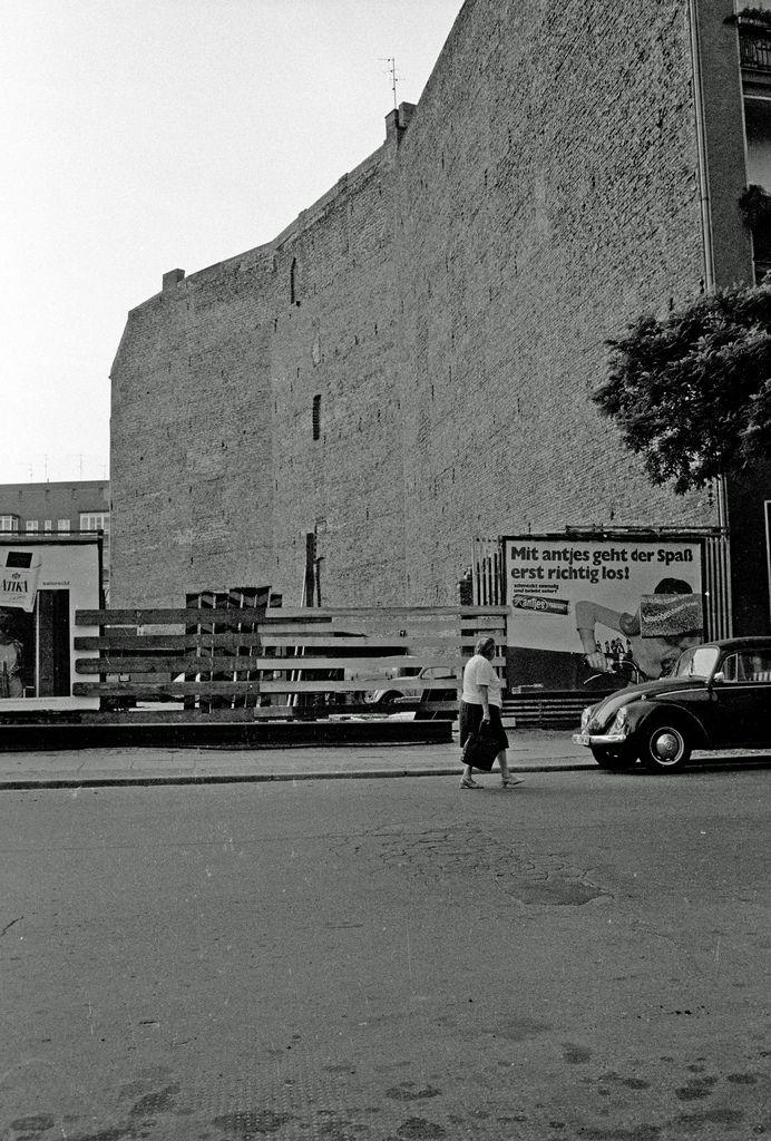 Straßenszene  Insel Berlin 1970:  Damals fast noch Nachkriegsdeutschland. Von heute aus gesehen, eine Stadt von einem anderen Planeten.  Foto: Heinrich Klaffs, www.hklaffs.de
