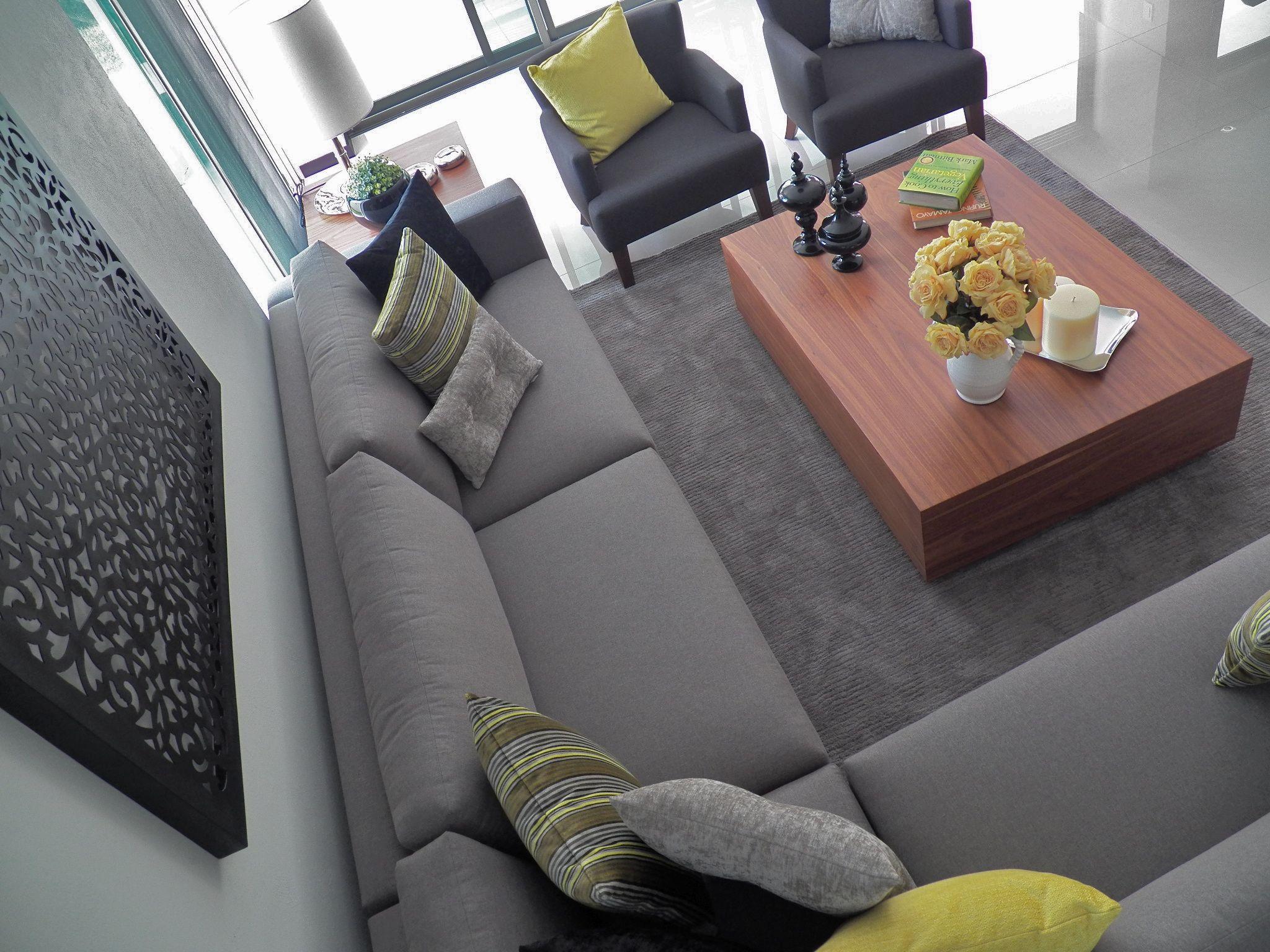 Salon gris y amarillo  Salones grises, Cojines para sala gris