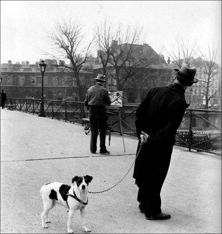 robert_doisneau__fox_terrier_sur_le_pont_des_arts_avec_le_peintre_daniel_pipart_1953