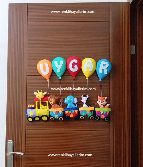 Uygar isimli trenli erkek bebek kapı süsü