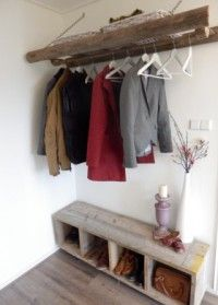 Zelf gemaakte kapstok van een oude houten ladder en een steigerhouten vakken kast op wieltjes. Leuk en goedkoop!