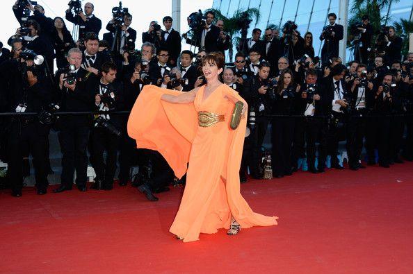 #VictoriaAbril, de inspiración griega en naranja #flúor . Victoria tuvo un pequeño problema con la larga cola que llevaba.