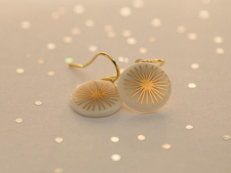 Porzellan Ohrhänger weiß 'Strahlen' Gold. von Krinke Porzellan auf DaWanda.com