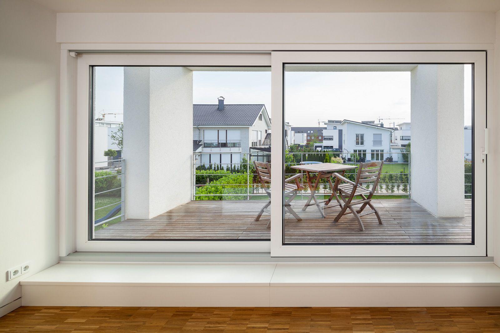 Haus S. - Schlafzimmer mit Ausblick und davor liegender Loggia - stkn architekten