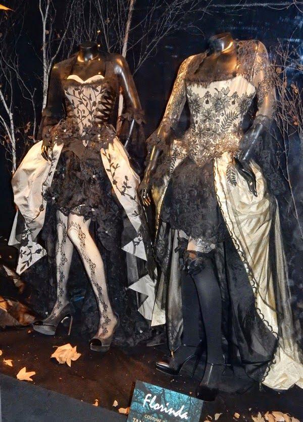 """Vestuario de Lucy Punch como Lucinda, y Tammy Blanchard como Florinda de """"En el bosque"""""""