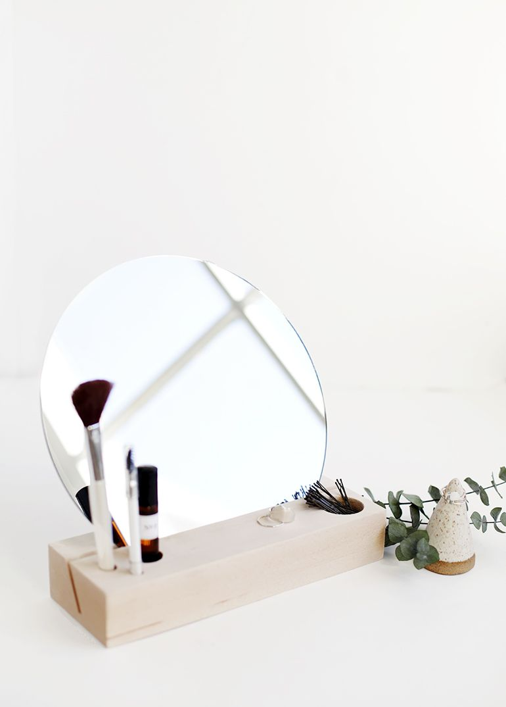 Faire un coin maquillage, près d'une source de lumière naturelle, avec un bloc de bois et un miroir - tutoriel