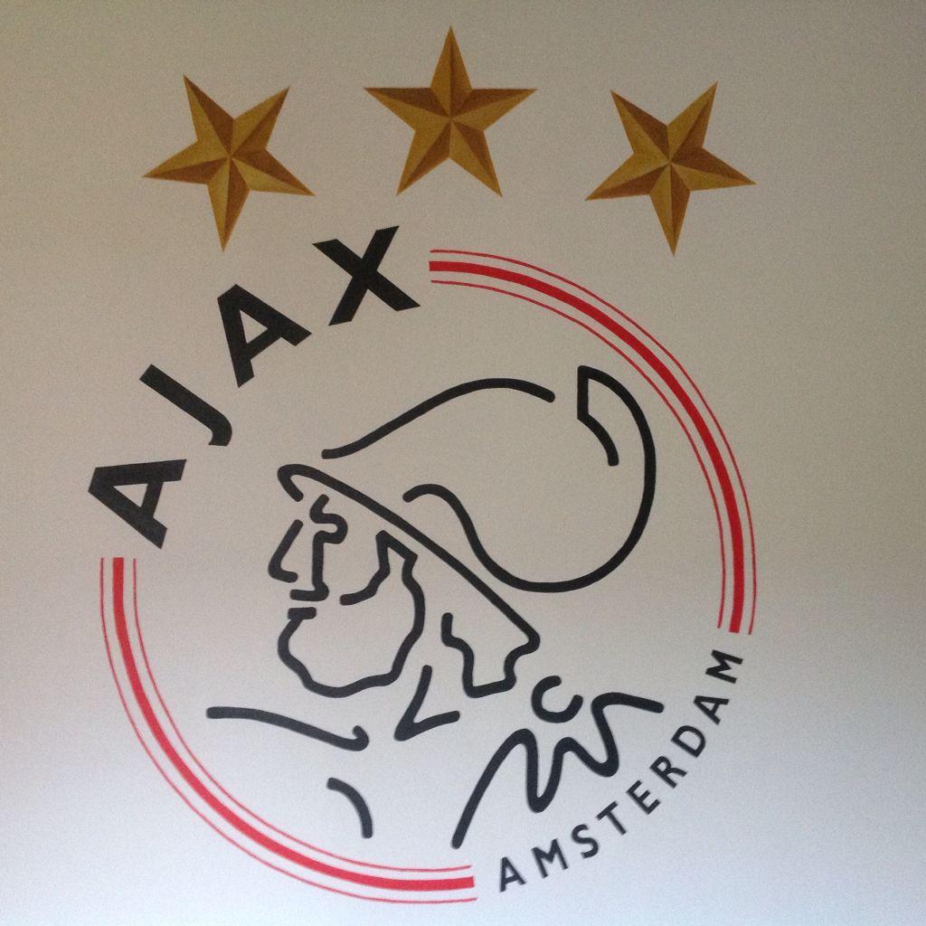 Muurschildering Ajax Logo Met 3d Sterren Op Een Jongenskamer Gemaakt Door Stijlvollemuur Nl Jongenskamer Jongens Slaapkamers Muurschildering