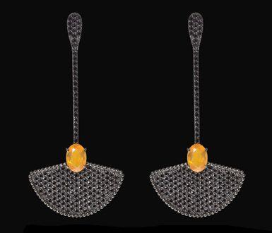 | Brinco Greta - Ouro negro com opala de fogo e diamantes negros Mais