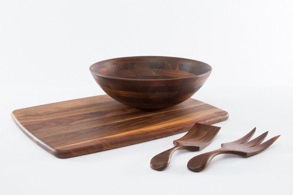 목재 절단 보드와 나무 샐러드 그릇 검은 호두 선물 세트