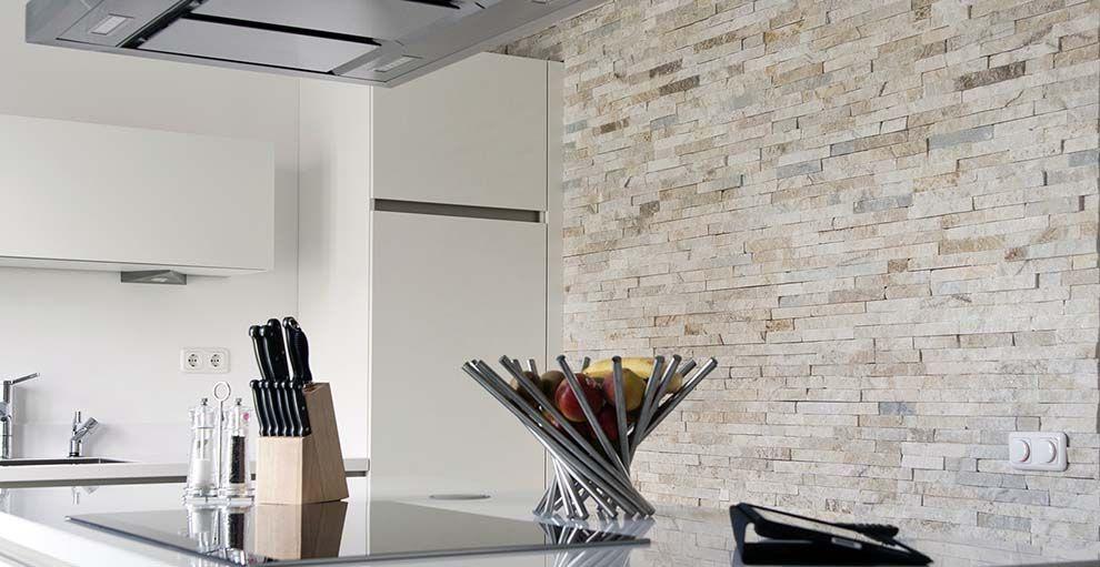 Barroco natuursteenstrips   glamour gold   wand in een modern open ...