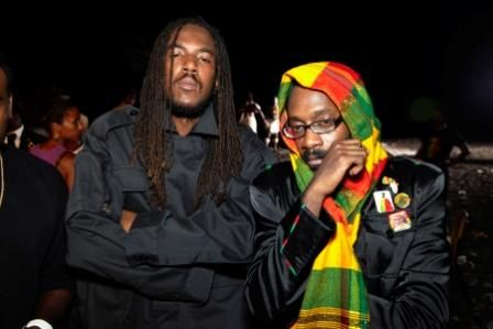 Bay-C-from-TOK-and-Tarrus-Riley-strike-a-pose-for-the-camera-during-a-break-at-the-video-shoot-for-Shaka-Zulu-Pickney.jpg (448×299)