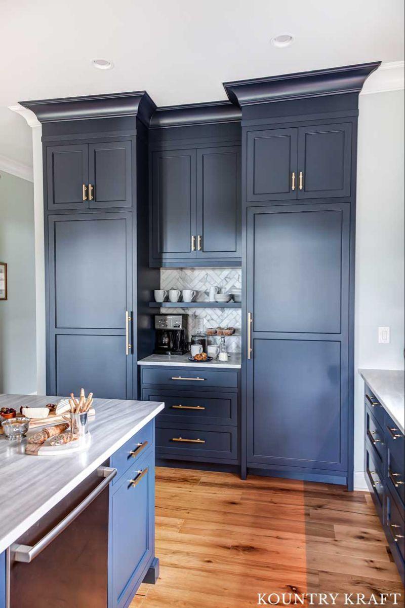 Station De Cafe De Cuisine Avec Armoires Bleu Marine Station De Cafe De Cuisine Avec Armoires In 2020 Navy Kitchen Cabinets Navy Kitchen Blue Kitchen Cabinets