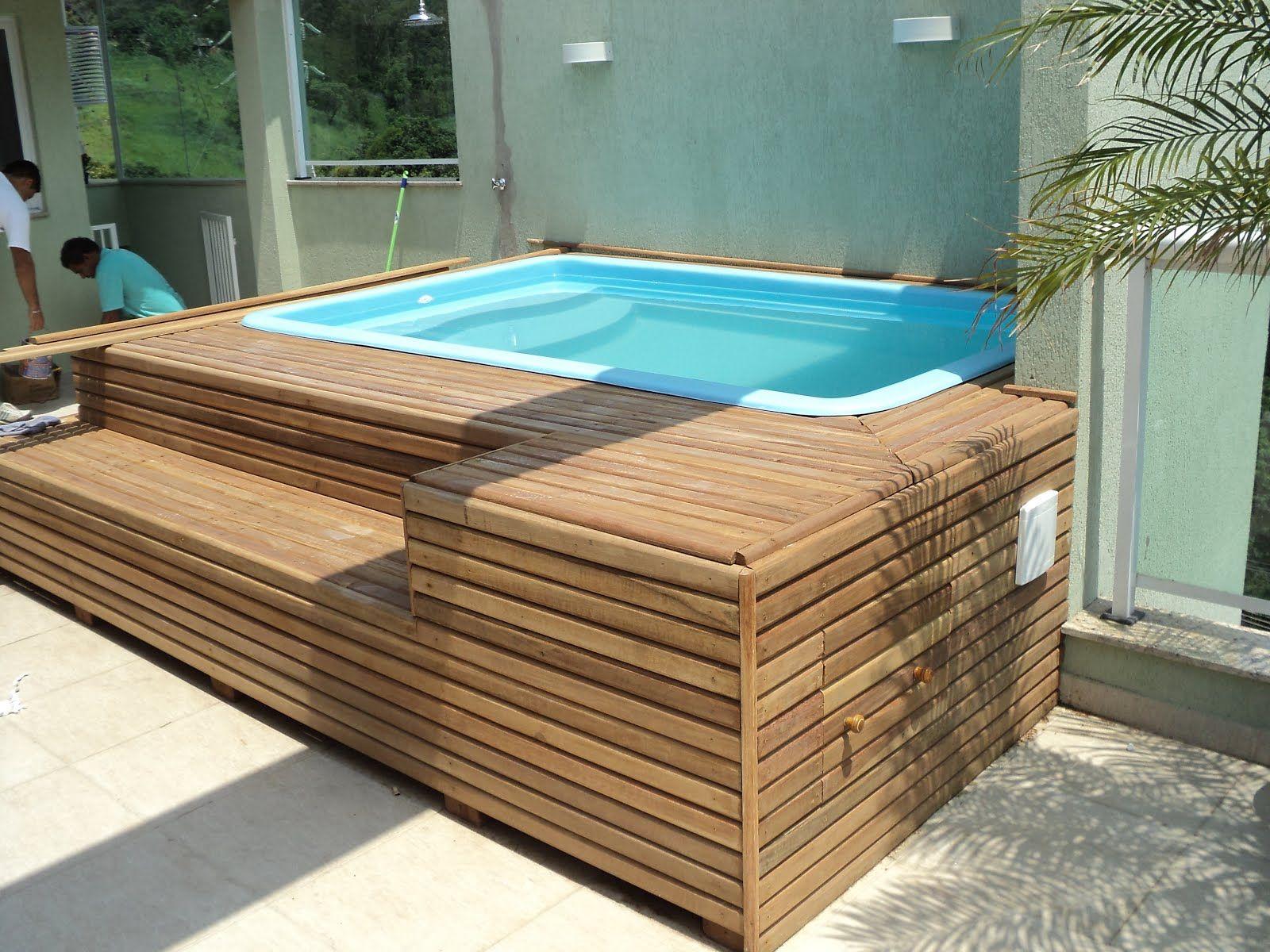piscina de fibra pequena com deck