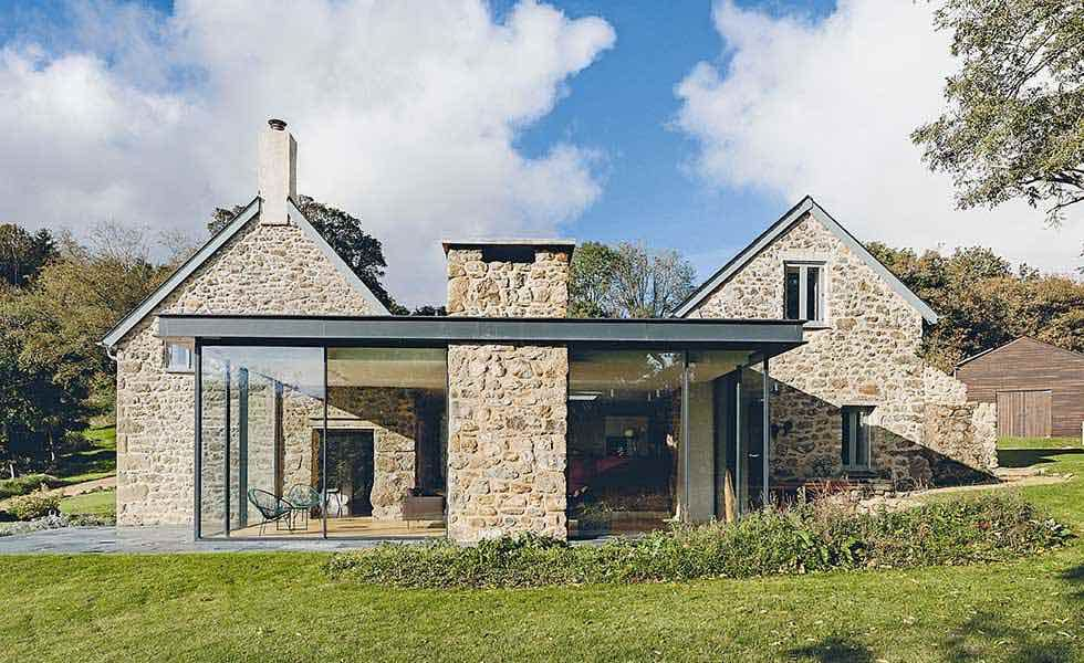 Glass extension linking a stone cottage to a stone barn in Dartmoor - cout agrandissement maison 20m2