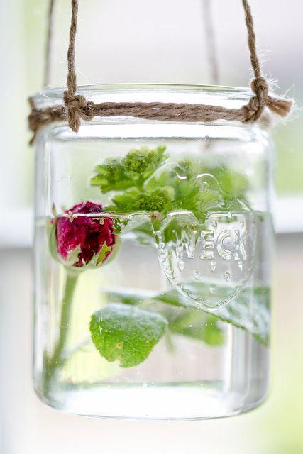 Blumendeko in der Küche, Hängevasen