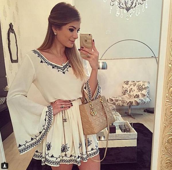 复古绣花喇叭袖V领白色连衣裙