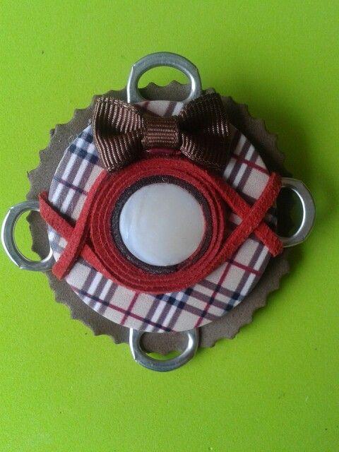 Broche hecho con anillas de lata.
