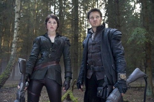 Jeremy Renner Embraces His Inner Witch Hunter Hansel And Gretel Witch Hunters Jeremy Renner Hunter Movie Hunter Costume