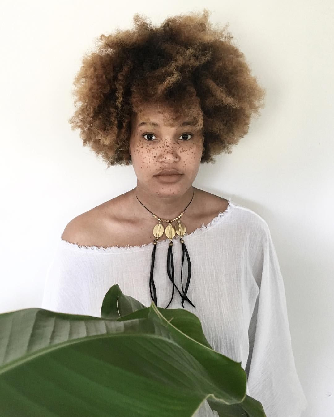 - bō'hēmian (@thebazaarbohemian) Afro hair. Frizzy hair. Kinky hair. Natural Hair. Hair color.