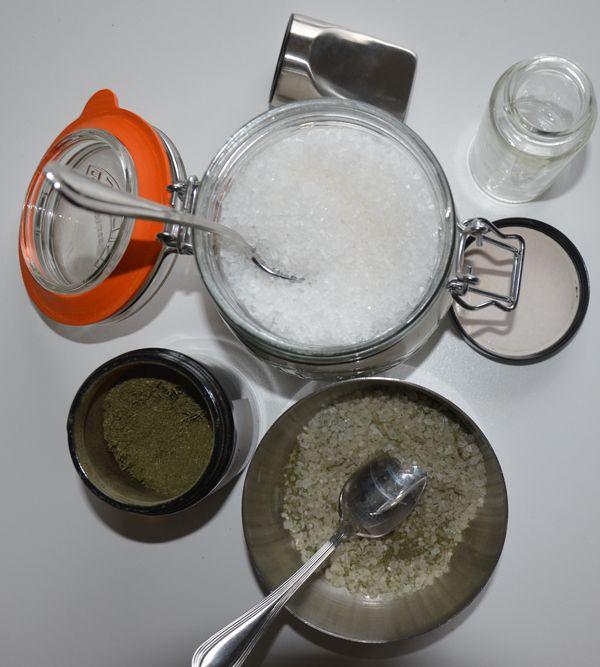 Heeft u al eens het blad van selderij gedroogd? Dan kunt u heel gemakkelijk selderijzout maken.