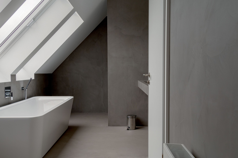 Baño revestido con microcemento, con suelo color acero y ...