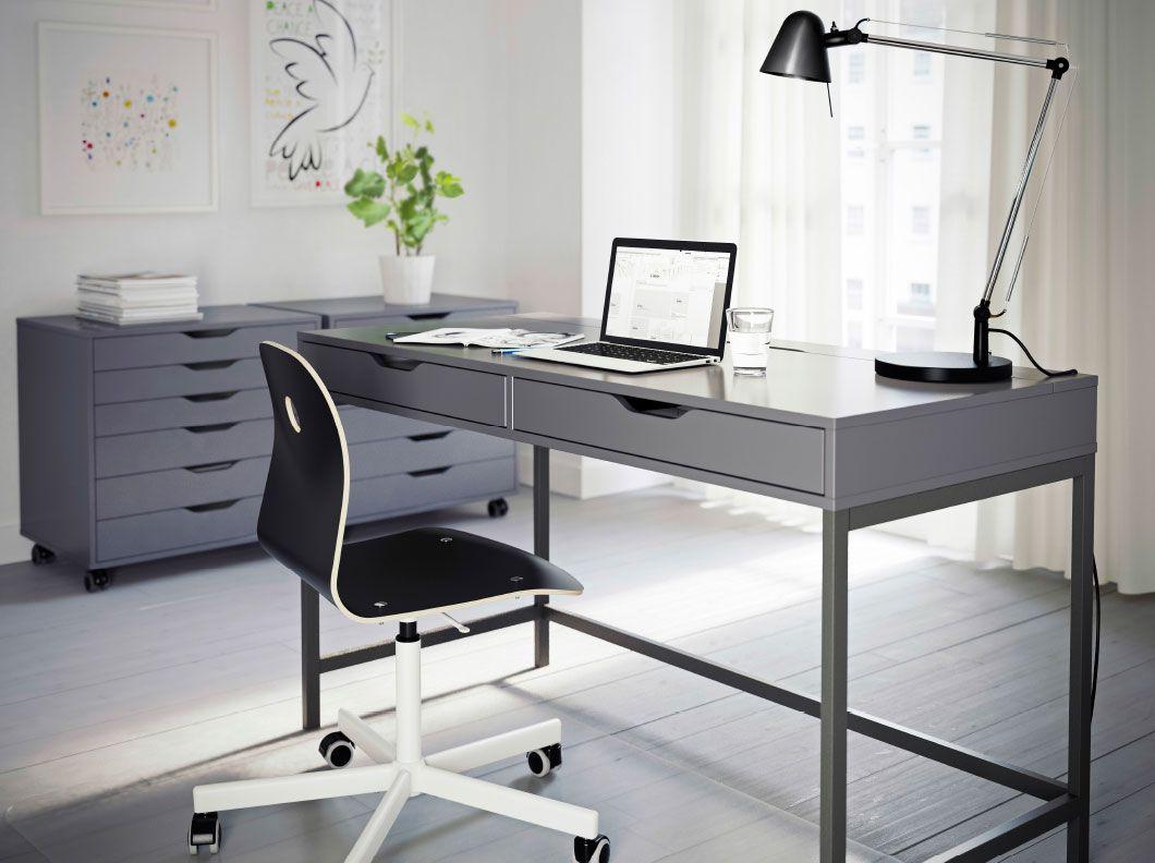 Coin travail gris avec bureau et caissons à tiroirs alex et fauteuil