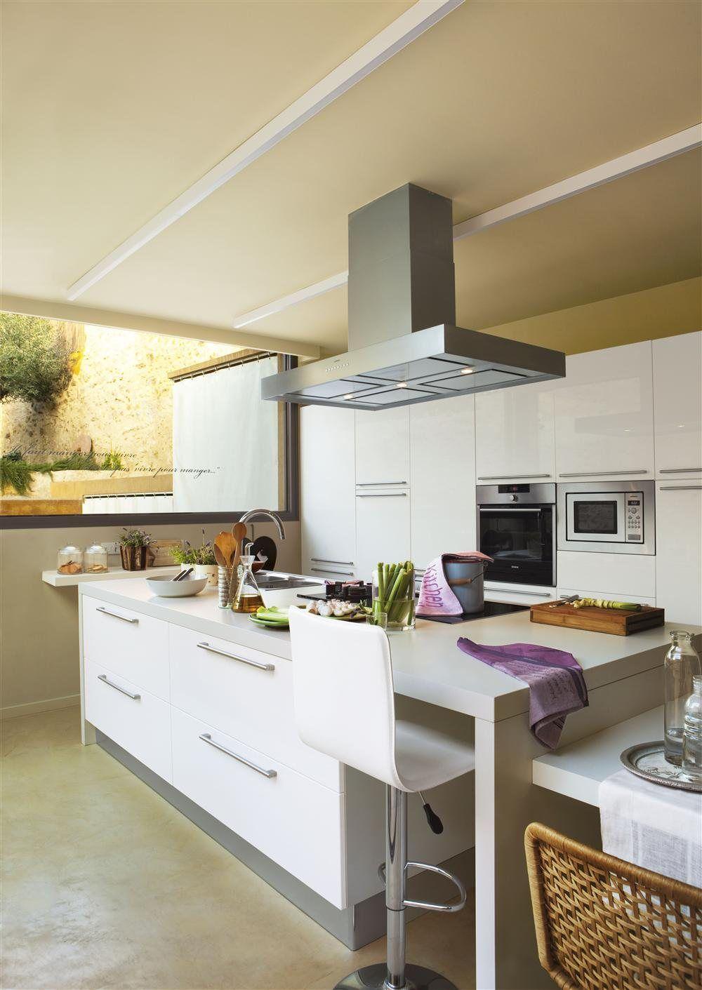 Una cocina creada alrededor de la isla | Baño, Cocinas y Cocina moderna