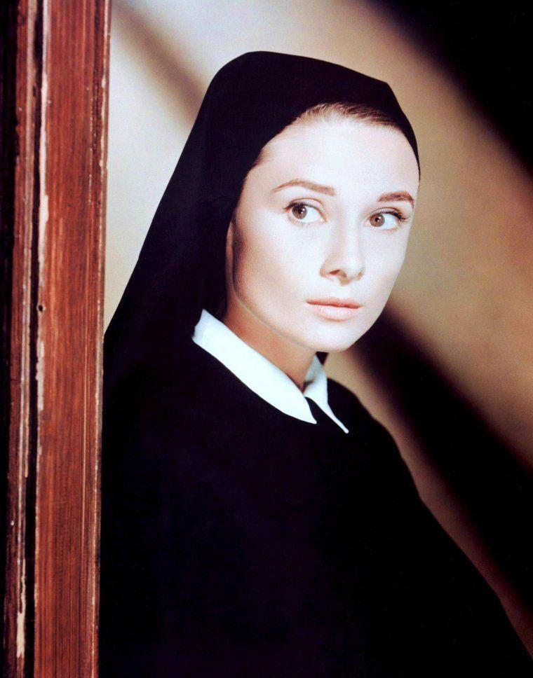 De Droles De Paroissiennes De Haut En Bas Audrey Hepburn Annie Girardot Et Brigitte Audrey Hepburn Affiche Dessin Audrey Hepburn Art Audrey Hepburn