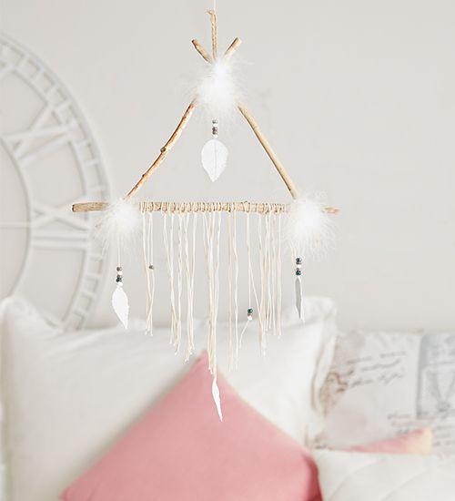 Dreieckiger Traumfänger mit weißen Federn