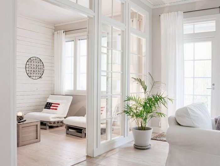 S paration de pi ce porte vitr e coulissante dans un int rieur tout blanc ambiance d co en - Porte separation vitree ...